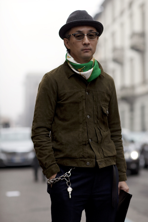 A simple scarf can trigger nostalgia and define your own unique style. Pull off the look with confidence, color, and coordination. Match a dark-green vintage sport coat with a light-green scarf, or pair a thin brown one with a beige felt hat. You don't need diamonds to shine.