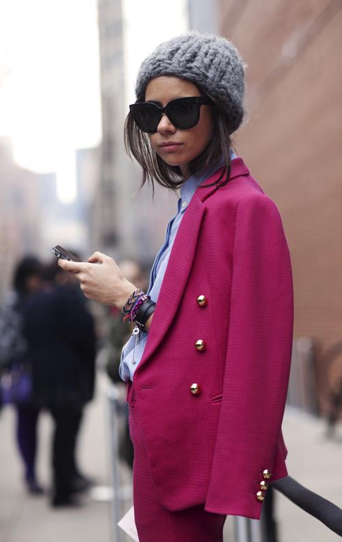 Очень понравился образ девушки классное сочетание серой вязаной шапки...