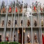 33 life-size mannequins scale the facade of the Valentino @maisonvalentino in Shanghai