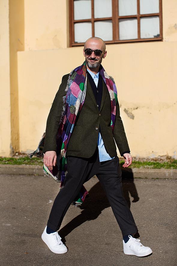 モスグリーンテーラードジャケット×紺カーディガン×青シャツ×黒スラックス×Nikeエアフォース1白