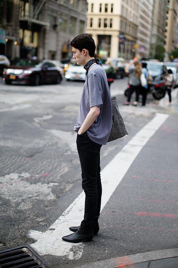 グレーTシャツ×黒ネッカチーフ×黒パンツ×黒ブーツ